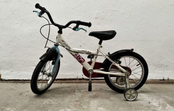 Wit-roze fiets (eventueel met zijwielen) • 16.2