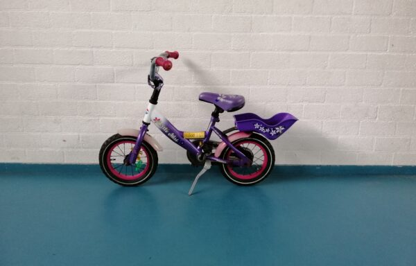 Paarse fiets met handig bakje • 12.22