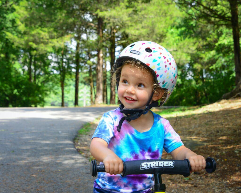 je kind veilig laten fietsen, passend helm vinden